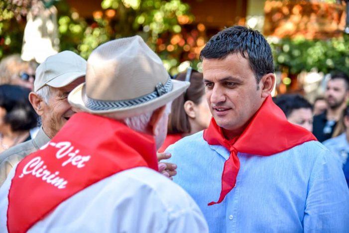 Gjirokastër, kryetari i bashkisë dhe prefekti si pionerët e Enver Hoxhës (FOTO)