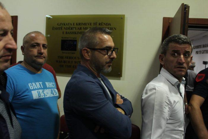 FOTOT nga brenda Gjykatës, Saimir Tahiri futet në sallën e gjyqit për të mësuar fatin e tij