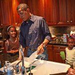 Duke larë enët dhe me këpucë të grisura, 10 fotot e Obamës që s'i keni parë kurrë më parë