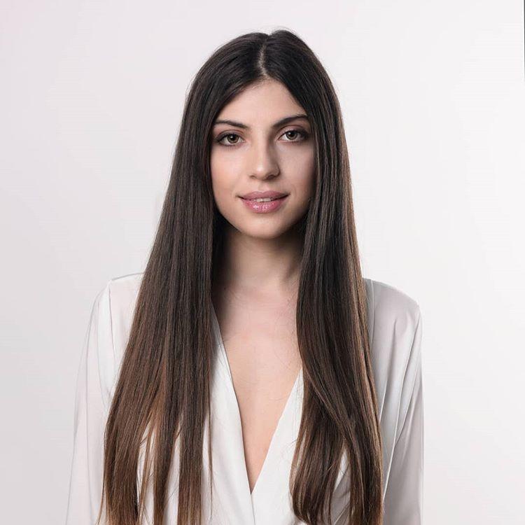 ilvana Xhani, 22 vjeçe, studente për gjuhët e huaja në Milano. Është modele te Elisabetta Franchi. Në moshën 12-vjeçare është larguar me familjen e saj nga Shqipëria. Shkon çdo ditë në palestër, përveçse e ndihmon që të ketë një trup të bukur, i fal shumë kënaqësi. Pamja e ka ndihmuar në çdo punë që ka qenë, por ambicia është arma e saj e fortë. Sporti që i pëlqen më shumë është basketbolli.